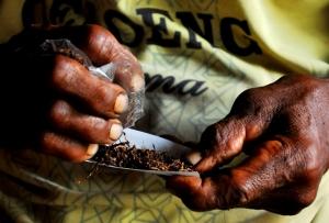 Ting we, rokok melinting sendiri. Foto: Titik Kartitiani
